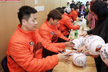 Baseball Team Gets Autographs For Fans