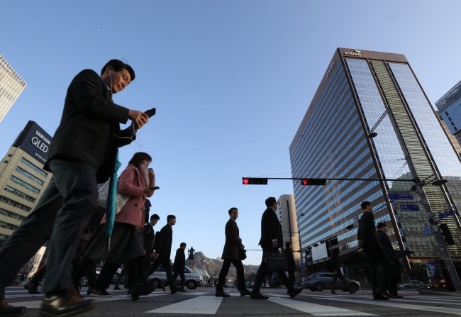 Older and higher-ranking employees were more likely to have given up on quitting a job. (Yonhap)