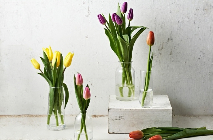 This image captured from Market Kurly's mobile app on April 7, 2020, shows packages of tulips for sale. (Yonhap)