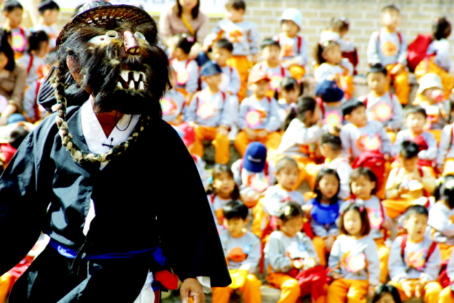 """A regional variation of the traditional Korean mask dance drama """"talchum"""" from the town of Gasan in South Gyeongsang Province. (image: Cultural Heritage Administration)"""