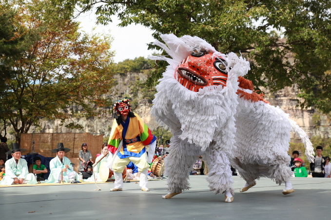 """A regional variation of the traditional Korean mask dance drama """"talchum"""" from Pongsan County in North Korea's North Hwanghae Province. (image: Cultural Heritage Administration)"""