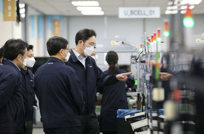 In this photo provided by Samsung Electronics Co. on March 3, 2020, Samsung Electronics Vice Chairman Lee Jae-yong (C) inspects the company's factory in Gumi, North Gyeongsang Province.