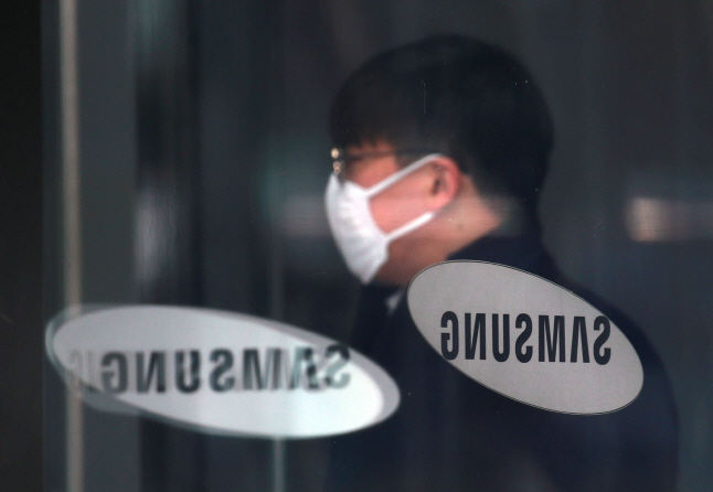 An entrance of Samsung Electronics Co.'s office building in Seoul on March 11, 2020. (Yonhap)