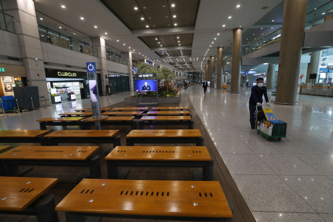 The arrival lounge at Terminal 1 of Incheon International Airport, west of Seoul, is nearly empty on March 25, 2020, amid the coronavirus outbreak. (Yonhap)