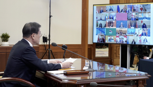 South Korean President Moon Jae-in talks with foreign leaders at his office in Seoul during a G-20 teleconference on March 26, 2020. (image: Cheong Wa Dae)