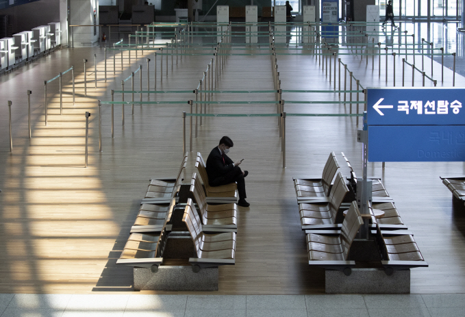 The departure hall of Inchon International Airport, west of Seoul, is almost empty on March 30, 2020. (Yonhap)