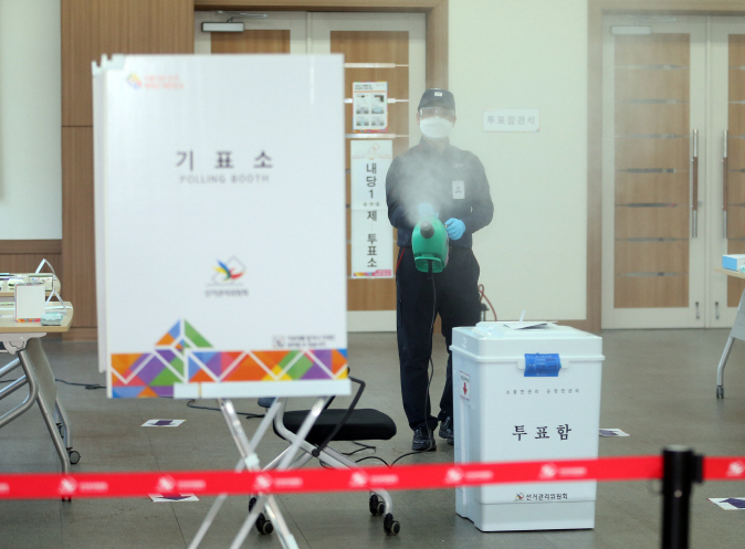 A quarantine worker disinfects a mock polling station set up in the southeastern city of Daegu ahead of the April 15 elections on April 2, 2020. (Yonhap)