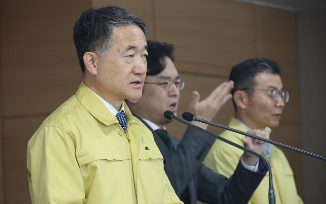 Health Minister Park Neung-hoo (L) speaks in a press briefing held in Seoul on April 4, 2020. (Yonhap)