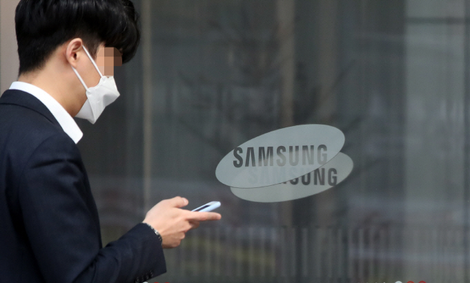 This file photo, taken on April 7, 2020, shows an employee of Samsung Electronics Co. entering the company's office building in Seoul. (Yonhap)