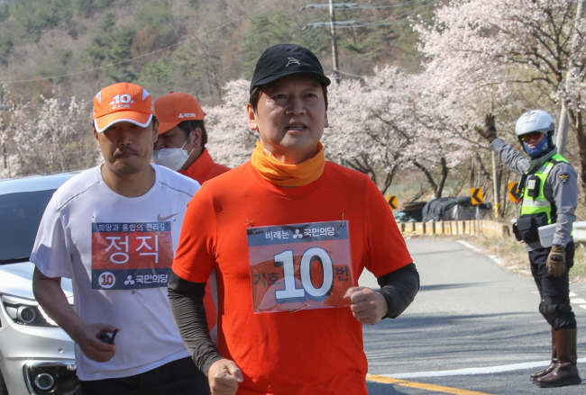 Ahn Cheol-soo, the chief of the minor People's Party, runs a 400-kilometer campaign to appeal to voters in Geumsan County, 168 kilometers south of Seoul, on April 8, 2020. (Yonhap)