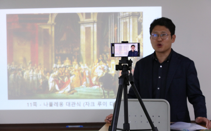 A history teacher at Doseon High School in eastern Seoul gives an online class on April 9, 2020. (Yonhap)