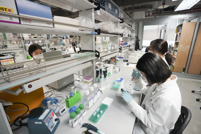 In this file photo taken April 9, 2020, researchers at the Institute Pasteur Korea conduct chemical tests to develop a novel coronavirus treatment in Seongnam, south of Seoul. (Yonhap)