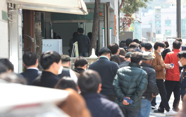 Voters queue in front of a Seoul polling station during lunchtime on April 10, 2020. (Yonhap)