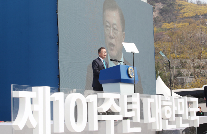 President Moon Jae-in delivers a speech at Seodaemun Independence Park in Seoul on April 11, 2020, marking the 101st anniversary of the establishment of the Provisional Republic of Korea Government. (Yonhap)