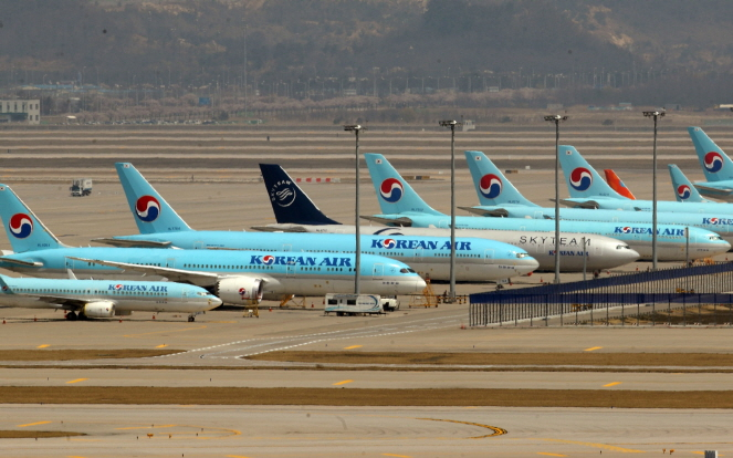 Korean Air Lines planes parked at Incheon International Airport, west of Seoul on April 14, 2020. (Yonhap)