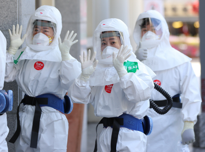 Medical workers in protective suits pose for a photo at a hospital in Daegu on April 14, 2020. (Yonhap)
