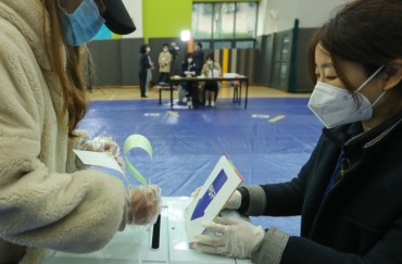 In Masks and Gloves, South Koreans Hold General Elections amid Coronavirus Pandemic