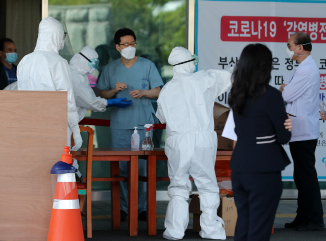 Workers at Busan Medical Center take a coronavirus test in this undated file photo. (Yonhap)
