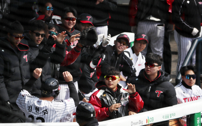 Kim Hyun-soo of the LG Twins (L) does air high-fives with his teammates in the dugout after scoring a run against the Doosan Bears in a Korea Baseball Organization preseason game at Jamsil Stadium in Seoul on April 21, 2020. (Yonhap)