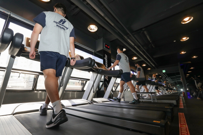 People exercise on treadmills at a gym in Seoul on April 21, 2020. (Yonhap)