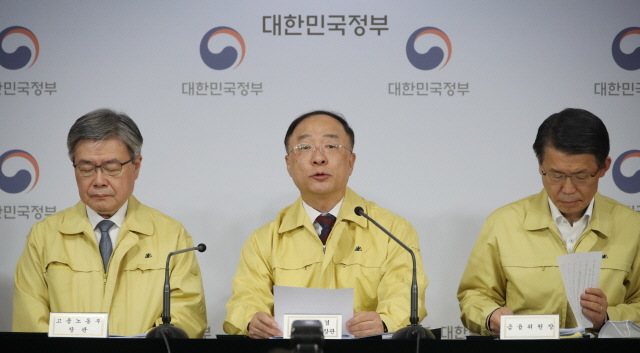 Finance Minister Hong Name-ki speaks at a press conference on economic aid packages on April 22, 2020. (Yonhap)