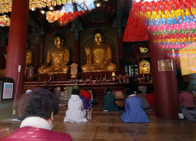 Buddhist followers attend a service at Joggye Temple in central Seoul on April 26, 2020, the first Sunday after the government lowered the intensity of its social distancing campaign amid a slowdown in new coronavirus cases. (Yonhap)