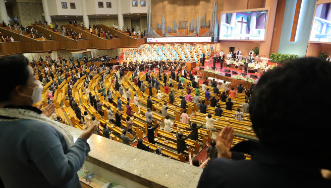 Congregants keep a distance sitting in pews during a service at Yoido Full Gospel Church in Seoul on April 26, 2020, on the first Sunday after the government eased rules on social distancing amid signs of slowing coronavirus infections. (Yonhap)