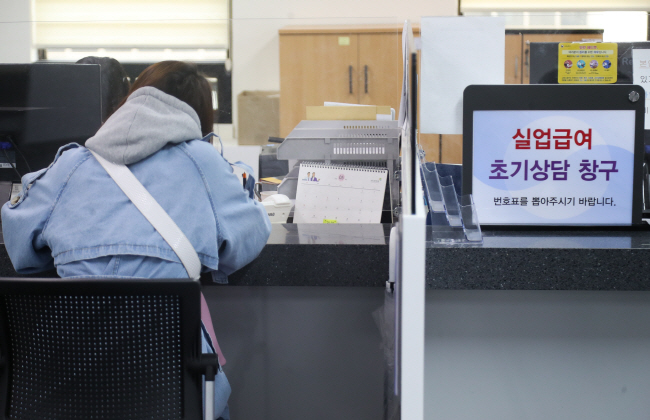A citizen receives consulting about unemployment claims at the branch of Seoul's employment agency in Mapo, western Seoul, on April 28, 2020. (Yonhap)