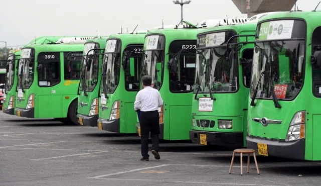 As the new online system comes into place, bus drivers will be required to identify themselves through fingerprint verification and take a DUI test before setting off to engage in daily tasks. (Yonhap)