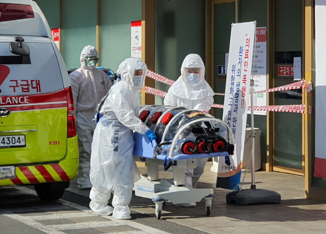 A patient suspected of carrying the new coronavirus, COVID-19, arrives at Kyungpook National University Hospital in Daegu, some 300 kilometers southeast of Seoul, on Feb. 19, 2020. (Yonhap)