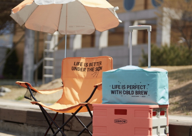 Hollys Coffee has been holding an event that allows customers to purchase three products useful for camping, including parasols and chairs, at a 60 percent discount (image: Hollys Coffee)