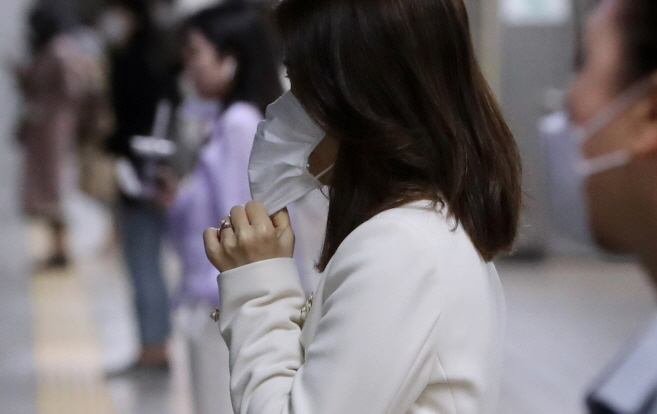 KF94 or N95 masks should be worn close to the face. (Yonhap)