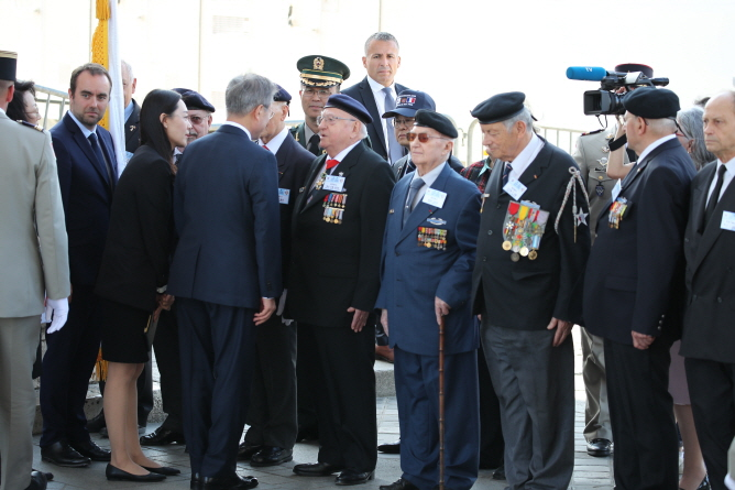 South Korean President Moon Jae-in (3rd L) meets with a group of French Korean War veteran during an official welcome ceremony held in Paris on Oct. 15, 2018, to mark his four-day state visit to France. (Yonhap)