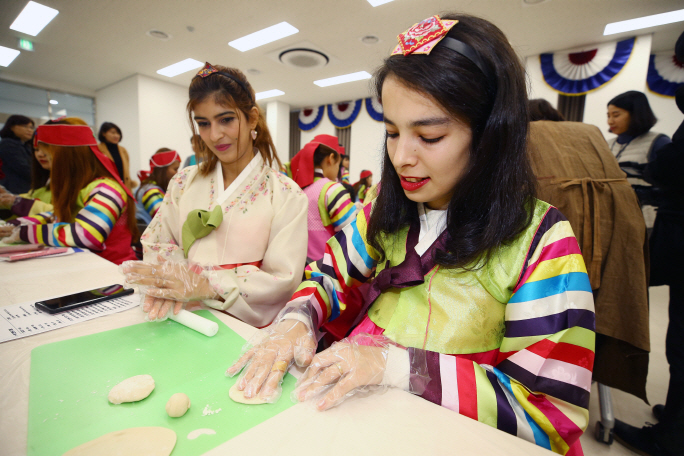 Foreign women married to South Korean men attend a cooking class for the Lunar New Year holiday at a multicultural family support center in Daegu, southeastern South Korea, on Jan. 22, 2020. (Yonhap)