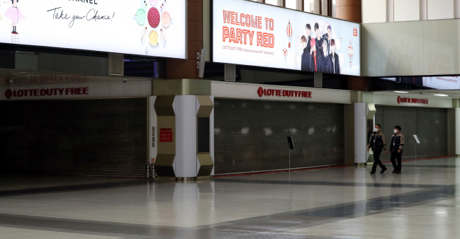 This photo, taken on March 12, 2020, shows a shuttered duty-free shop run by industry leader Lotte Duty Free at Gimpo International Airport in western Seoul as the company has decided to suspend the operation of the duty-free store for the time being due to the virus outbreak. (Yonhap)