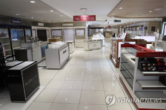 This photo, taken on April 23, 2020, shows an empty outlet of SM Duty-Free Shop in downtwon Seoul. (Yonhap)