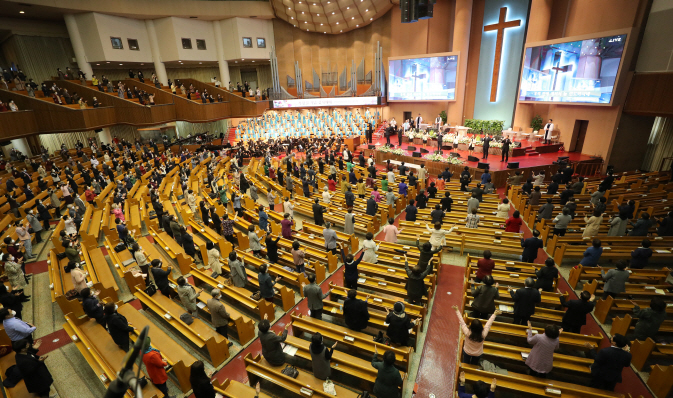 Yoido Full Gospel Church holds a service at its main hall in Seoul on April 26, 2020, in this file photo. (Yonhap)
