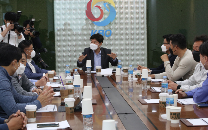 Ryu Dae-hwan (C), secretary general of the Korea Baseball Organization (KBO), presides over an executive committee meeting with clubs' general managers at the KBO headquarters in Seoul on April 28, 2020. (Yonhap)
