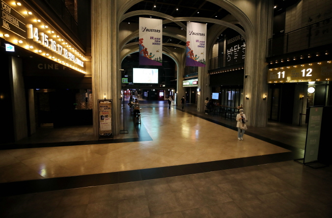 A movie theater in Seoul is almost empty amid fears over the coronavirus on May 1, 2020. (Yonhap)
