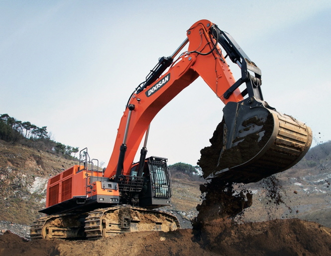 A Doosan Infracore 80-ton excavator digs up earth in this photo provided by Doosan Infracore. (PHOTO NOT FOR SALE) (Yonhap)
