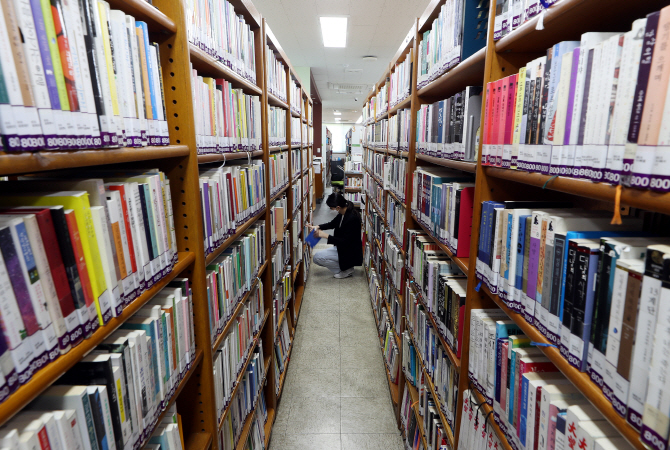 S. Koreans Turn to Books to Overcome COVID-19 Isolation