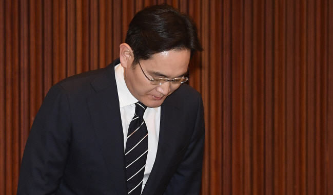 Samsung Electronics Vice Chairman Lee Jae-yong, the heir of Samsung Group, bows during his press conference at the company's office building in Seoul on May 6, 2020. (Yonhap)