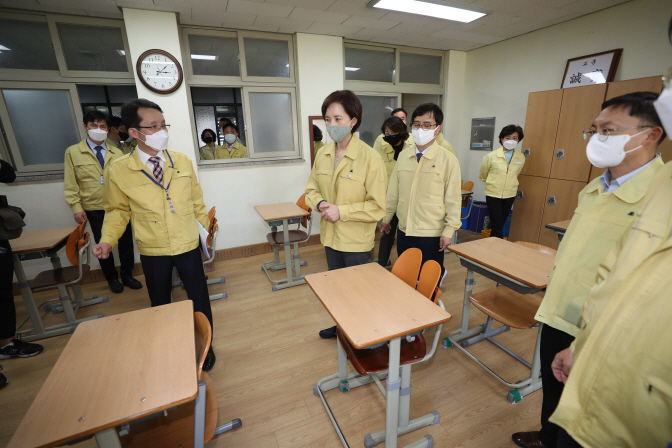 Education Minister Yoo Eun-hae (C) visits a high school classroom in Gimcheon, North Gyeongsang Province on May 6, 2020 to monitor preparations to reopen the school. (Yonhap)