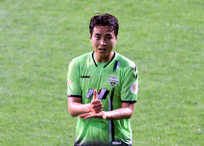 """Lee Dong-gook of Jeonbuk Hyundai Motors celebrates his goal against Suwon Samsung Bluewings with a """"Thank You"""" sign for front-line medical workers during the 2020 K League 1 season opener at Jeonju World Cup Stadium in Jeonju, 240 kilometers south of Seoul, on May 8, 2020. (Yonhap)"""