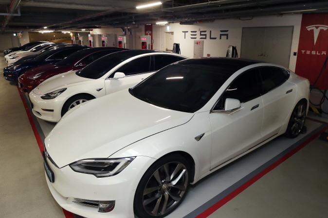 Tesla electric vehicles are parked in a row at a charging station in Seoul on May 10, 2020. (Yonhap)