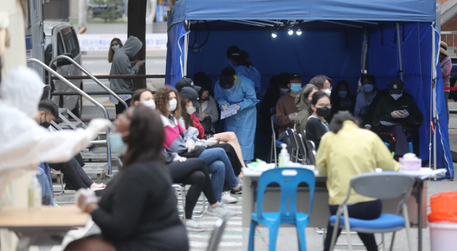 People wait to take COVID-19 tests at a makeshift clinic in Seoul, on May 12, 2020, amid the spread of the virus in the multicultural neighborhood of Itaewon. (Yonhap)