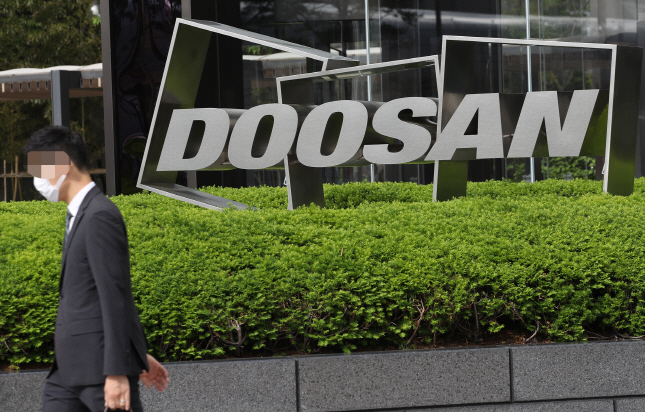 This file photo shows Doosan Group's logo in front of Doosan Tower, the group's building in Seoul. (Yonhap)