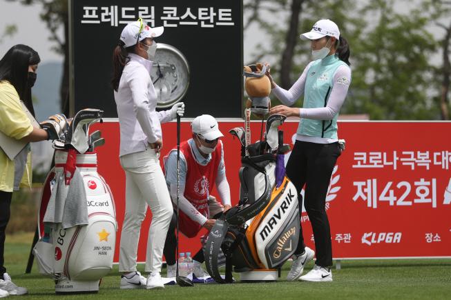 Golfers, Caddies Adjust to New Normal as Women's Season Resumes in S. Korea