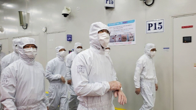 This photo provided by Samsung Electronics Co. on May 18, 2020, shows Samsung Electronics Vice Chairman Lee Jae-yong (C) inspecting the company's chip production facility in Xian, China.