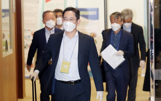 Samsung Electronics Vice Chairman Lee Jae-yong arrives at Gimpo International Airport, western Seoul, on May 19, 2020, after an inspection of the tech giant's chip factory in the Chinese city of Xian the previous day. (Yonhap)